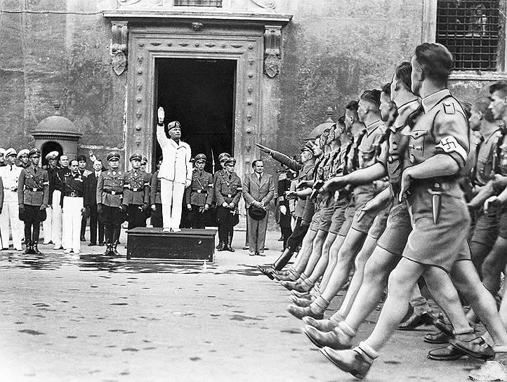 Италия объявила войну Великобритании и Франции 10 июня 1940 года, выступив на стороне «Оси». Главной целью Муссолини было захватить исторически итальянские земли, некогда отторгнутые Францией, — Корсику, Савойю и Ниццу, а также Тунис. Между тем среди элиты, включая даже верхушку Фашистской партии, сформировалось убеждение о необходимости смещения Муссолини и выхода из войны