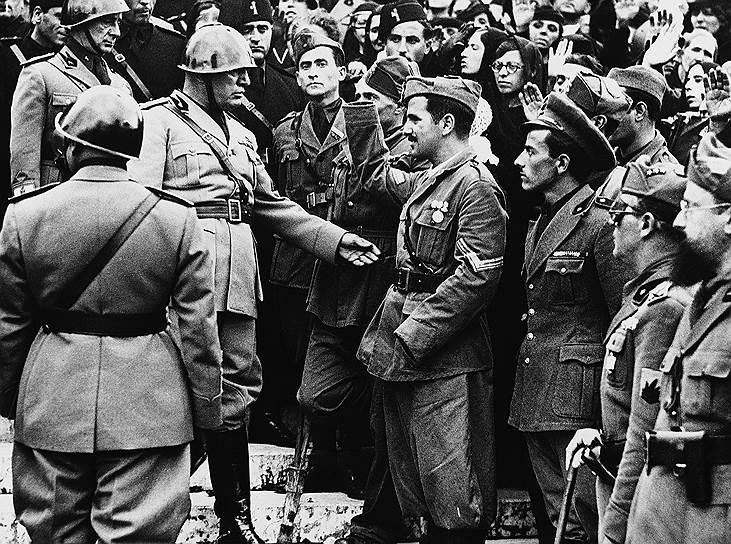 она не контролировала собственную территорию. Фашистская республика была фактически лишена вооруженных сил, так что ее функционеры были легкой добычей для партизан-антифашистов. В сельской местности хозяйничали партизаны, а в городах — немцы, которые мало считались с мнением «макаронников», они открыто презирали их за попытку выйти из войны. С осени 1943 года по весну 1944 года республика еще пыталась реализовывать свои государственные проекты, но затем правительство перестало собираться, и учреждения Сало стали тихо умирать. В конце войны республика находилась под полным контролем немцев, которые относились к ней уже не как к союзнику, а как к еще одной оккупированной территории. Формально же государство просуществовало около 600 дней — с 18 сентября 1943 года по 25 апреля 1945-го, когда дуче попал в плен