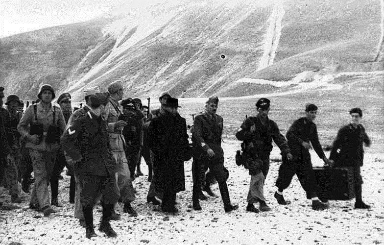 Муссолини в окружении немецких солдат, освободивших его в сентябре 1943 года