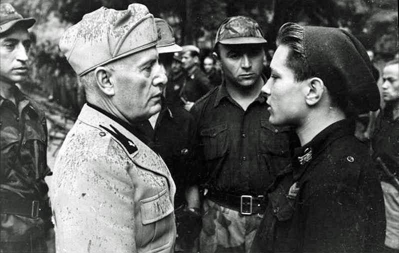 21 апреля 1945 года подразделения вермахта начали эвакуацию, а 25 апреля партизанский комитет национального освобождения Северной Италии объявил о начале антифашистского восстания. Вместе с любовницей Кларой Петаччи и соратниками Муссолини решил бежать в Швейцарию вместе с 200 служащими вермахта. В ночь на 27 апреля колонну остановил партизанский отряд, один из членов которого опознал дуче, сидевшего в грузовике в немецкой солдатской шинели