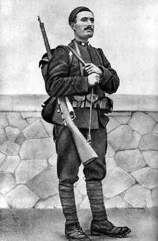 Муссолини начал политическую деятельность в 1917 году. Спустя год он заявил, что для возрождения итальянской нации требуется «жесткий и энергичный человек». В 1922 году он стал премьер-министром Италии, оставаясь главой Фашистской партии и вооруженной фашистской милиции «чернорубашечников», которые подавляли всякое сопротивление режиму в городах и провинциях