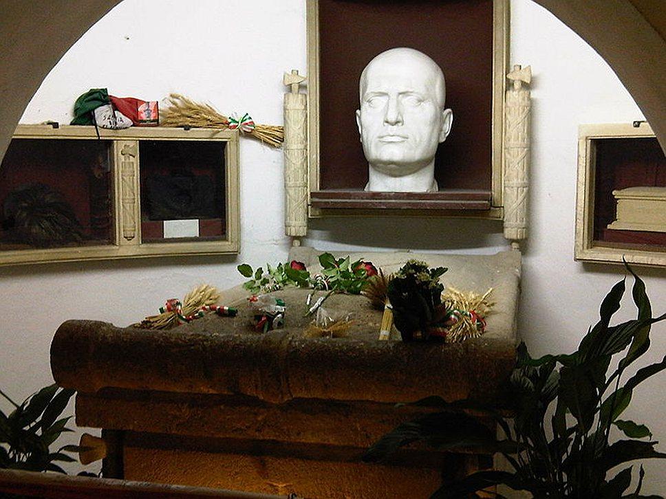 В 1946 году тело Муссолини было выкрадено тремя его последователями под руководством Доменико Леччизи. В 1957 году тело бывшего дуче передали семье, которая захоронила его в фамильном склепе в городе Предаппио. Гробница Муссолини в семейном склепе на кладбище в Предаппио