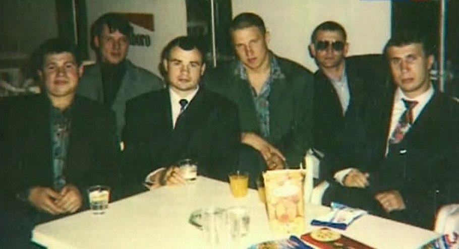 На фото члены ОПГ Виктор Комахин (второй слева; застрелен в 1995 году