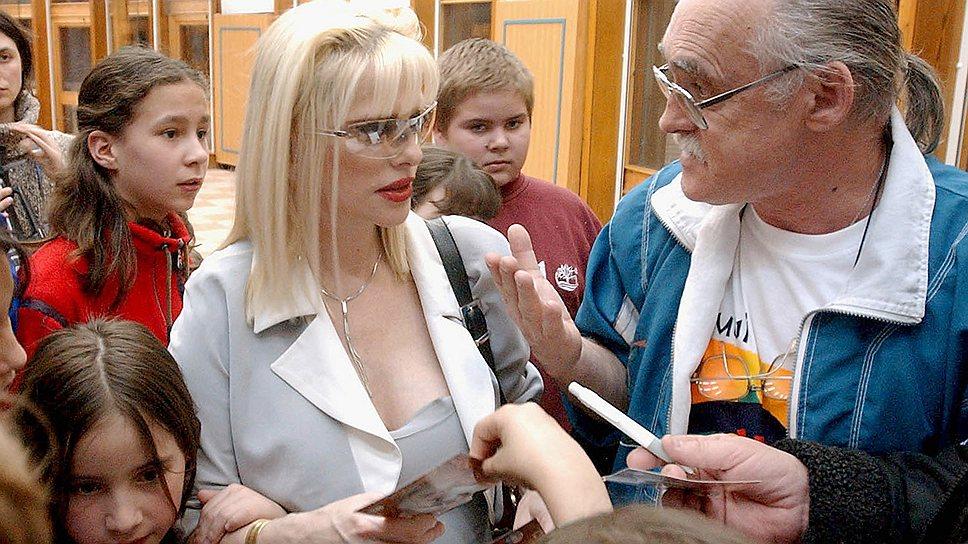 Анна Илона Шталлер, более известная как итальянская порнозвезда Чиччолина, начала свою политическую карьеру еще в 1979 году. Когда угроза войны в Персидском заливе стала неизбежна, она заявила: «Я готова заняться любовью с иракским диктатором Саддамом Хусейном, чтобы сохранить мир на Ближнем Востоке»