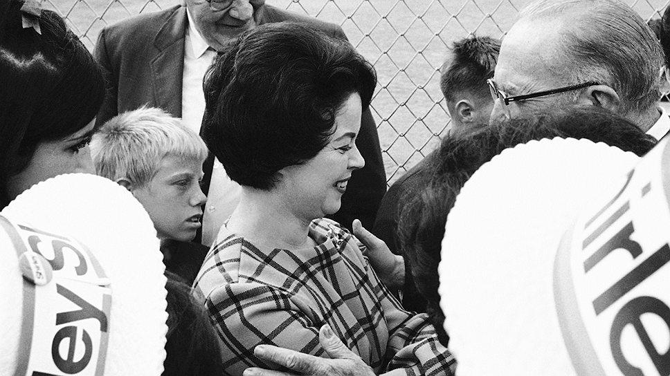 Американская актриса Ширли Темпл, впервые появившаяся на сцене еще в три года и признанная Американским институтом киноискусства одной из величайших актрис в истории, после ухода с телевидения в 1967 году вступила в Республиканскую партию Калифорнии. В период правления Ричарда Никсона  была представителем Генеральной ассамблеи ООН, а в 1974 году заняла пост посла США в Гане. С 1 июля 1976 года по 21 января 1977 года актриса была первой женщиной-руководителем протокола США и отвечала за ряд мероприятий на инаугурации президента Джимми Картера. В августе 1989 года была назначена Дж. Бушем-старшим послом США в Чехословакии