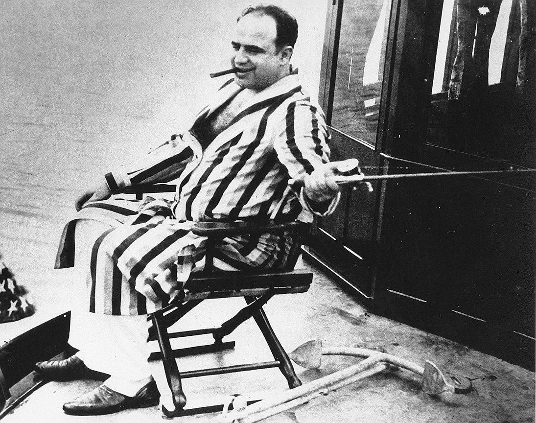 Представляясь полиции торговцем мебелью, «король Чикаго» занимался бутлегерством, игорным бизнесом и сутенерством. Он создал крупную сеть прачечных с очень низкими ценами. Было трудно проследить действительное количество клиентов, поэтому доходы можно было писать практически любые. Именно в США 30-х годов появилось выражение «отмывать деньги»