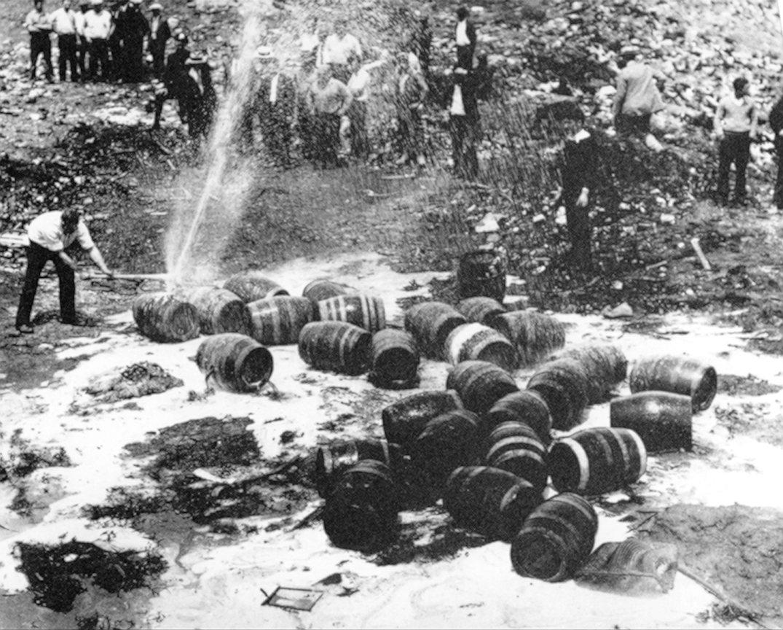16 января 1920 года в США был введен сухой закон.   В связи с этим во многих городах появился процветавший подпольный рынок спиртного — виски и пиво тайком перевозили из Канады курьеры-бутлегеры или гнали на месте, продавая втридорога в тайных салунах