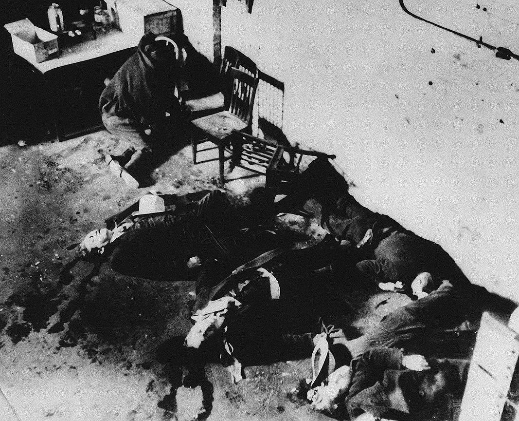 Одним из самых громких преступлений Аль Капоне стала бойня в День святого Валентина. 14 февраля 1929 года люди Капоне расстреляли семерых бандитов из соперничавшей банды Морана. Двое из нападавших были одеты в полицейскую форму, поэтому ничего не подозревающие бандиты решили, что это обычная полицейская облава