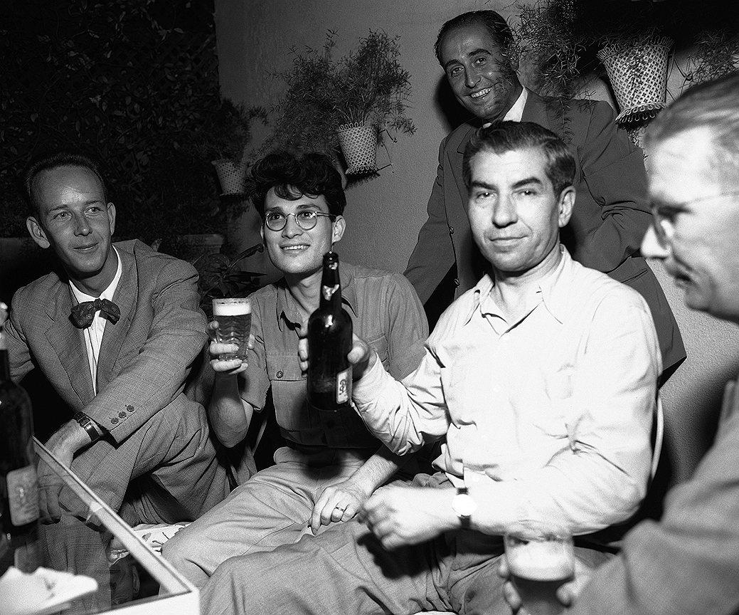 Во время сухого закона делами мафии в Нью-Йорке управлял Лаки Лучано (в центре). Именно он первым осознал, что разделение труда увеличит эффективность мафии