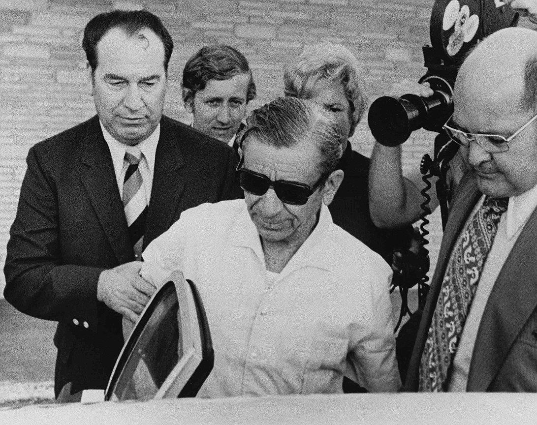 Мейр Лански (в центре), известный как «бухгалтер мафии», сыграл важную роль в создании Национального преступного синдиката. В то время когда мафия участвовала в экспорте кубинского сахара и рома, Мейр Лански вторгся в игорную индустрию на Кубе. По некоторым оценкам, мафии принадлежали 19 казино
