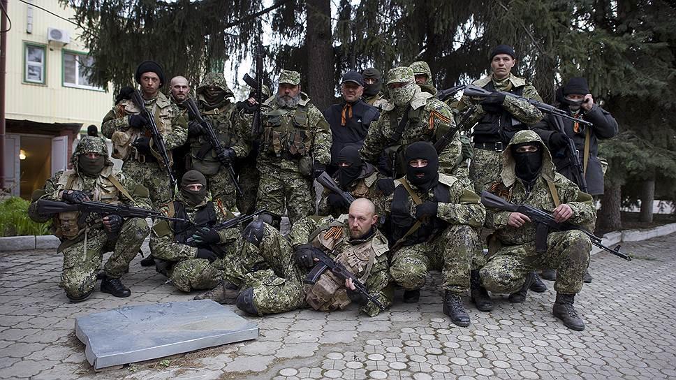 12 апреля. Сторонники федерализации Украины у захваченного ими здания СБУ в городе Славянске