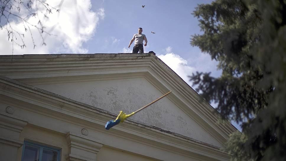 18 апреля. Представитель Сил самообороны Донбасса на крыше здания городской администрации города Северск