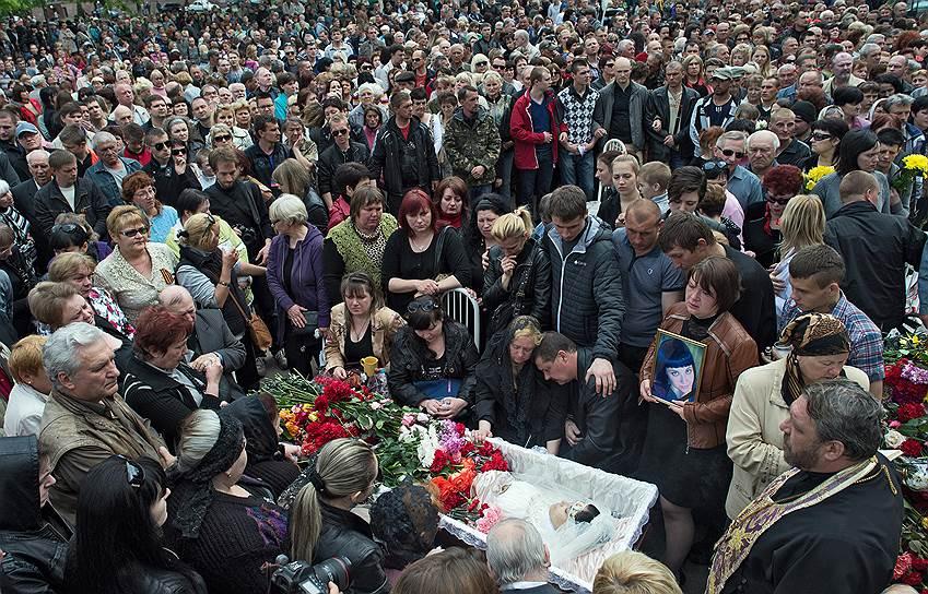 5 мая. Похороны медсестры Юлии Изотовой, которая погибла во время штурма города Краматорска украинскими военными