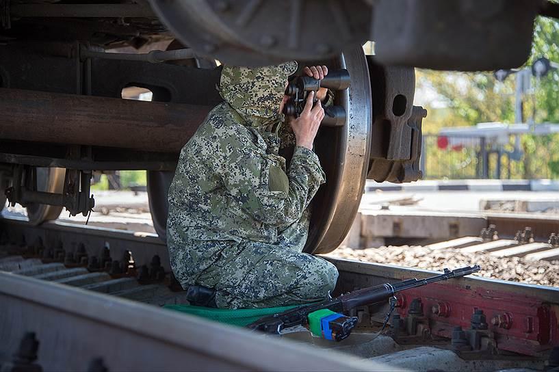 7 мая. Боец самообороны Славянска у железнодорожного переезда в районе села Андреевка