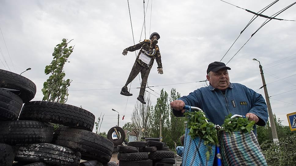 10 мая. Чучело в военной форме украинской армии с табличкой на груди «Яйценюх и Трупчинов», подвешенное к троллейбусным проводам на баррикаде из автомобильных покрышек