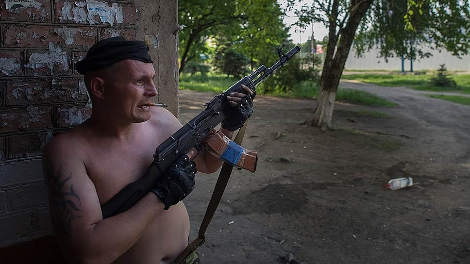 18 мая. Народные ополченцы во время обстрела в Краматорске