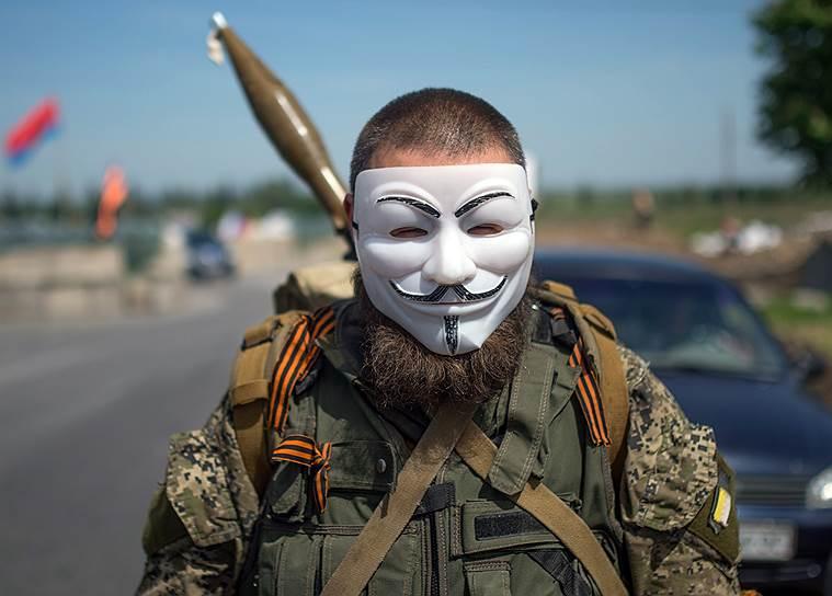 23 мая. Народный ополченец во время дежурства на блокпосту в поселке Семеновка