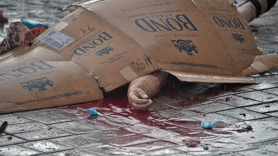 26 мая. Женщина, убитая осколком на привокзальной площади Донецка