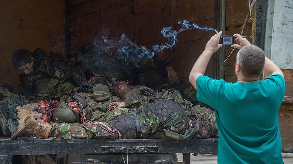 27 мая. Тела погибших ополченцев батальона «Восток» у морга Калининской больницы Донецка