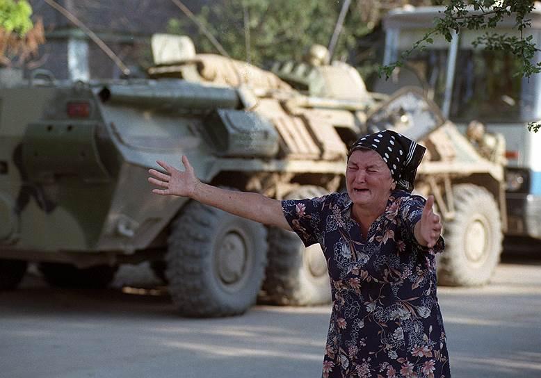 1995 год. Пожилая женщина, освобожденная из захваченной чеченскими террористами Шамиля Басаева больницы в Буденновске