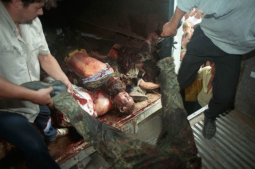 1995 год. Мужчины выгружают из кузова автомобиля тела погибших при захвате чеченскими террористами Шамиля Басаева больницы в Буденновске