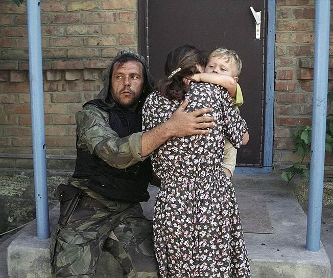 1995 год. Российский танкист успокаивает женщину с ребенком, освобожденных из захваченной чеченскими террористами Шамиля Басаева больницы в Буденновске