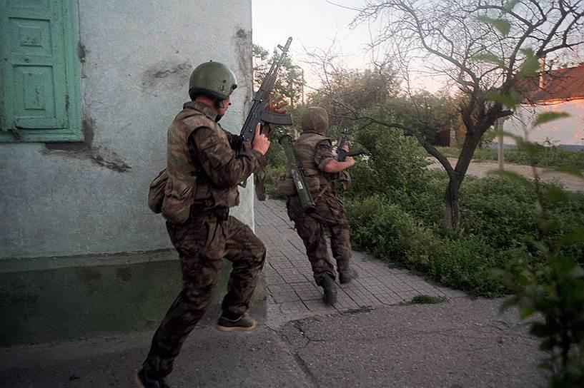 1995 год. Бойцы российской группы специального назначения «Альфа» штурмуют подступы к захваченной чеченскими боевиками Шамиля Басаева больнице в Буденновске