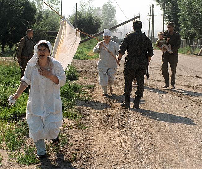 1995 год. Освобожденные заложники, покидают в сопровождении военных больницу в Буденновске, где они удерживались чеченскими террористами Шамиля Басаева