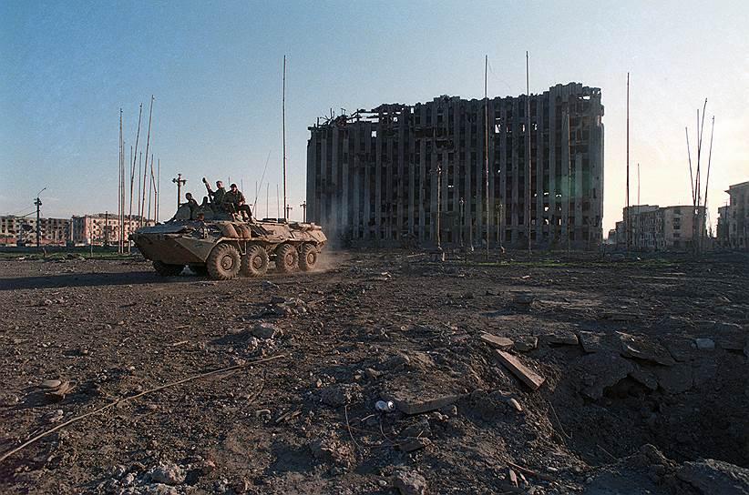 1995 год. Солдаты на танке в центре города на фоне разрушенного в ходе массированных бомбежек Грозного здания