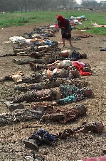 1995 год. Чеченская женщина пытается опознать погибших родственников среди десятков трупов, поднятых из вскрытой братской могилы на окраине Грозного