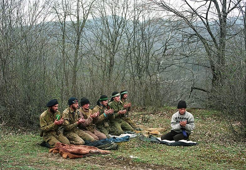 1995 год. Лагерь чеченских вооруженных формирований в горах на юге Чечни. Боевики во время молитвы