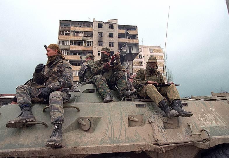 1996 год. Солдаты федеральных войск России во время патрулирования города