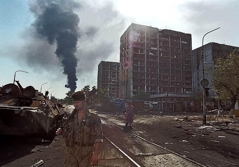 1995 год. Боевик с автоматом на улице разрушенного Грозного