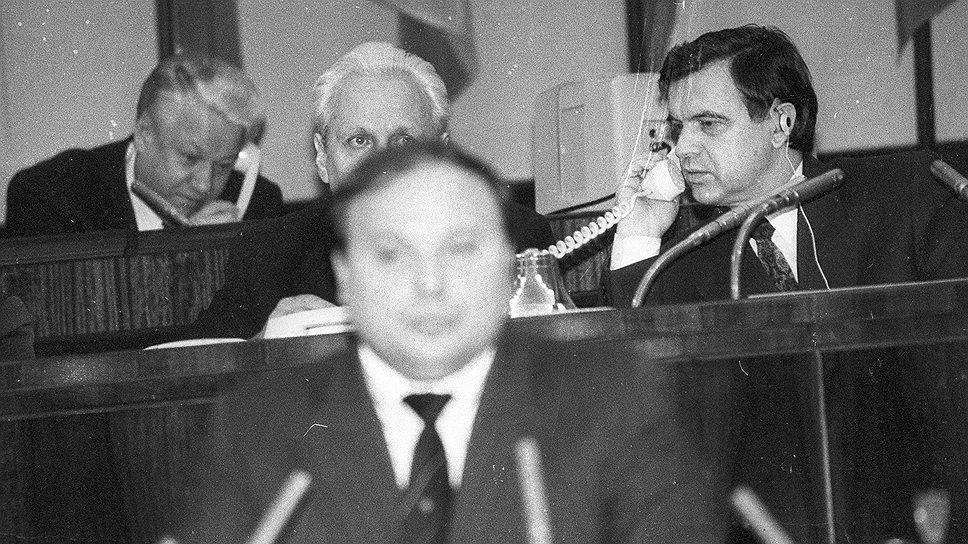 Из-за головы выступающего Гайдара выглядывает Сергей Филатов. Фото Валерия Киселева