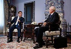 Дмитрий Медведев не оставил украинскому коллеге Николаю Азарову надежд, что Киев сможет получать выгоды от двух союзов одновременно
