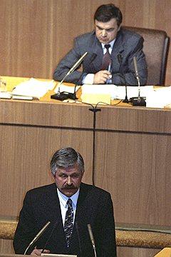 Уже через несколько часов после обращения Бориса Ельцина к нации на экстренном заседании ВС Александр Руцкой принял полномочия и.о. президента