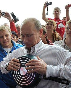 Политическая карьера Владимира Путина пошла вверх после августа 1998-го, устояла в 2008-м, в 2013-м ему предстоит преодолевать новые проблемы в экономике