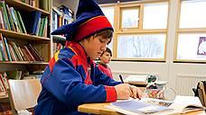 В Финляндии есть государственные учебные заведения, в которых преподают на саамских языках, а шведский язык, родной всего для 5% граждан, является обязательным для изучения во всех школах