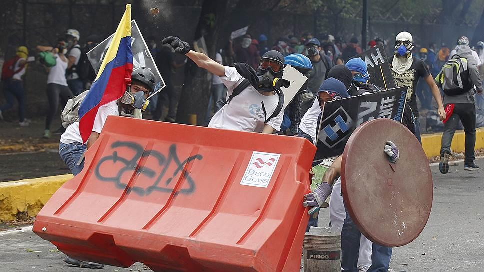 Найти различия между баррикадами в Донецке и в Каракасе удастся не всякому выпускнику дипакадемии