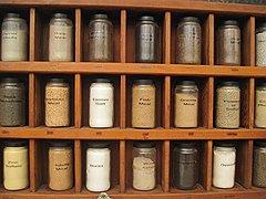 В музее Карла Ренборга на ферме Лейквью в Калифорнии заботливо сохранены все антикварные инструменты для изготовления первых желатиновых пилюль