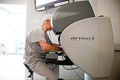 Доктор Пушкарь за пультом управления хирургическим роботом da Vinci, позволяющим делать лапароскопические операции с ювелирной точностью