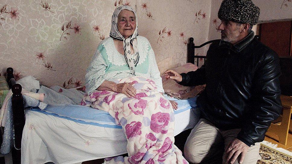 Мать Муслима парализовало в тот день, когда сотрудники местного ОВД пришли к ней в дом с обыском