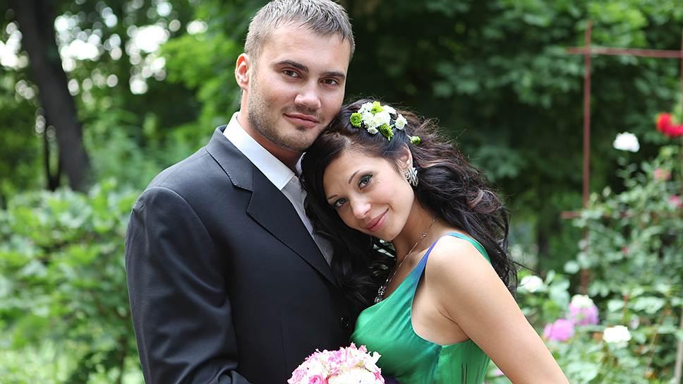 Младший Виктор Янукович с женой. Кроме супруги он страстно любит автомобили