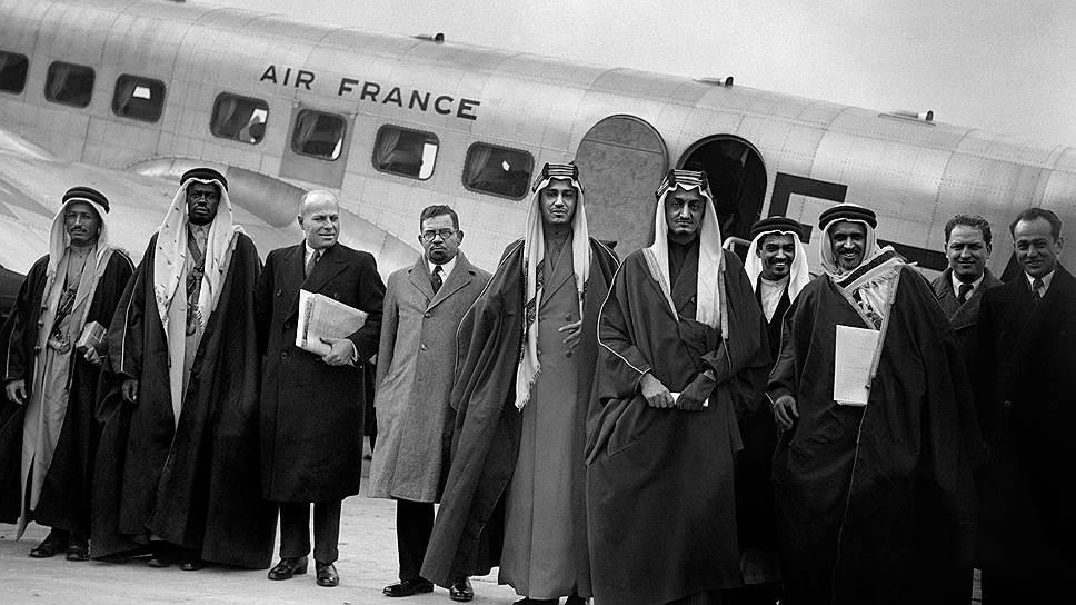 Крах Османской империи изменил всю геополитику региона. На этом фото 1930-х — наследный принц новорожденного Королевства Саудовская Аравия Фейсал прилетел в Париж с конференции, где обсуждалось будущее устройство Палестины