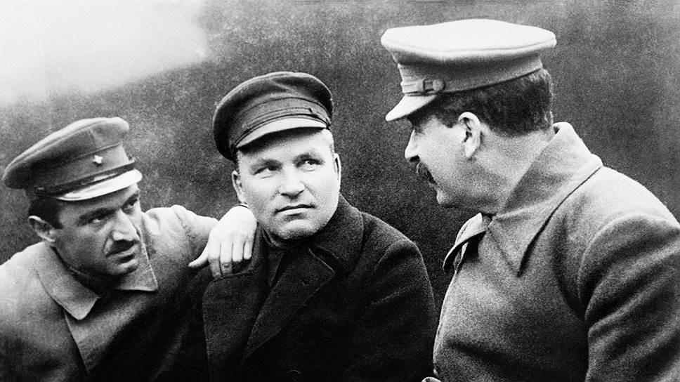На этом фото 1932 года  Киров сидит между Микояном и Сталиным