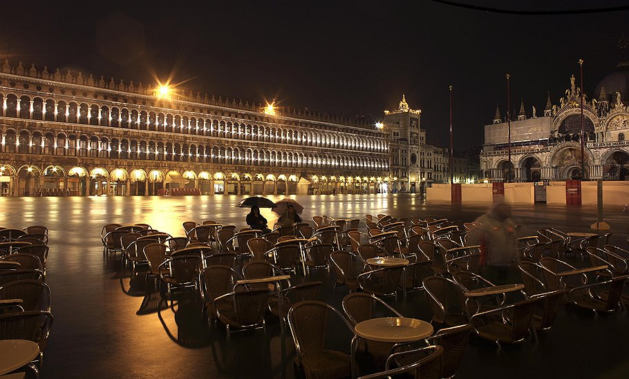 """""""Высокая вода """" накрыла Венецию (10 фото).  Ушедшая на метр под воду площадь Сан-Марко вечером."""