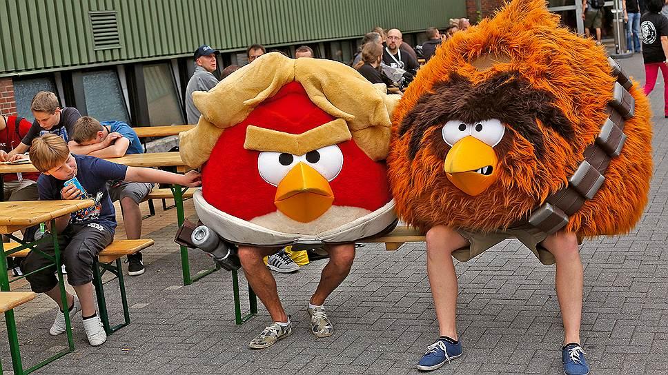 Птицы разбушевались. Около 50% выручки Rovio приносят разнообразные товары с символикой Angry Birds. Самые популярные категории — мягкие игрушки, одежда, детские книги. Зачастую идеи для новых товаров придумывают в Rovio, а реализуют многочисленные лицензиаты. Среди них — производители игрушек Hasbro, одежды Amscan and Fifth Sun, контейнеров Thermos, сладостей Pez, мультивитаминов Natrol и многие другие. Одно из достоинств бренда Angry Birds в том, что эту игру хорошо знают люди разных возрастов. Ядро аудитории (33%) — подростки 13-17 лет, но, к примеру, 28% игроков — в возрасте 25-34 лет