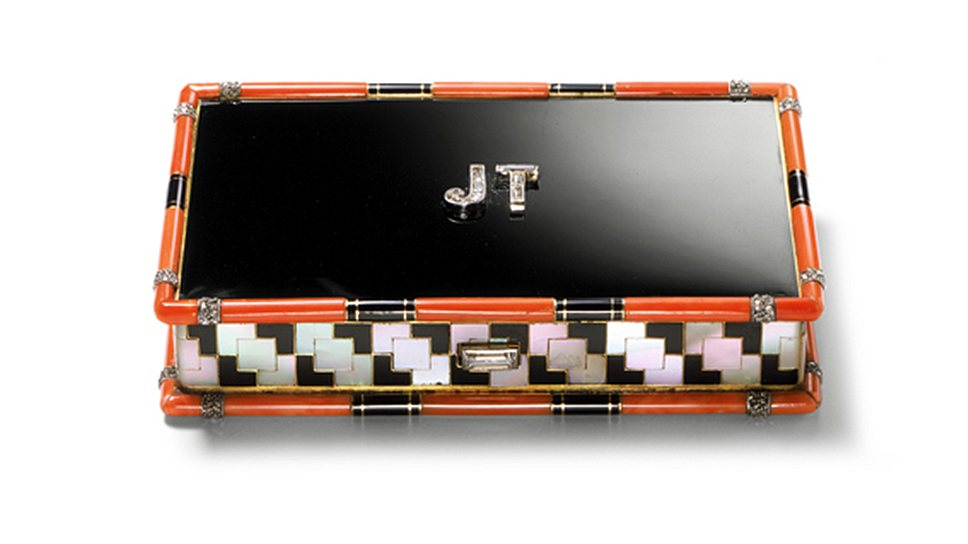 Футляр для косметики 1929 года, переделанный в 1949 году в футляр для сигарет, на крышке инициалы Жанны Туссен — знаменитого арт-директора Cartier