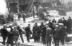 Построению социализма в одной отдельно взятой стране несколько мешало желание многих специалистов и ученых оказаться подальше от стройплощадки (на фото — выездная сессия Академии наук в 1935 году)
