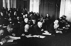 В 1990 году академики АН СССР посмертно восстановили членство всех невозвращенцев, исключенных их коллегами (на фото) в 1936-м